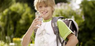 Schulkind trinkt